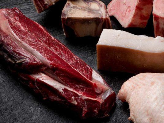 Morcillo, huesos de jamón, chorizo, morcilla, pollo y tocino