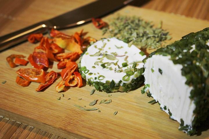rulo con hierbas - corteza del queso